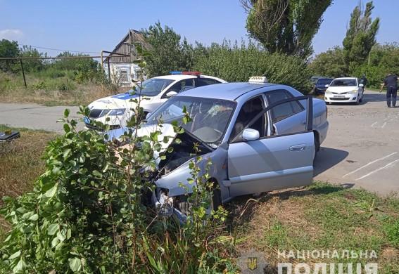 Под Запорожьем пьяный водитель сбил полицейского и протащил его на капоте: правоохранитель получил переломы ног (видео)