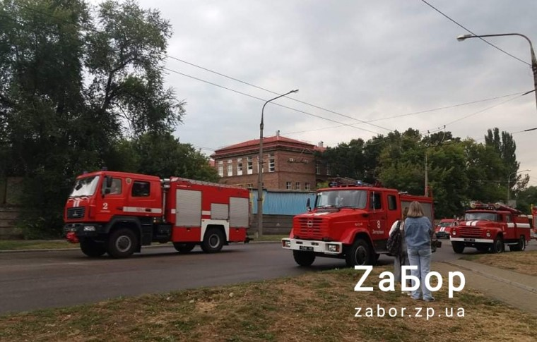 В Запорожье произошел пожар в главном корпусе ЗНУ: тушить его приехали 10 машин (фото, видео)