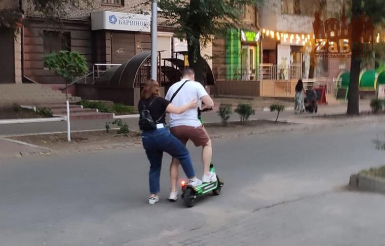 Как в Запорожье приняли новый сервис проката электросамокатов: с кражами, поломками и жалобами на сервис (фото, видео)
