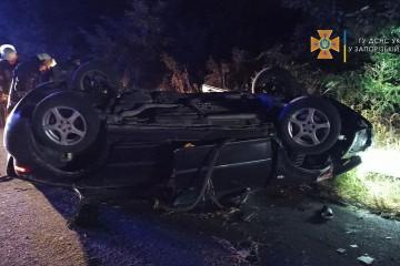 Смертельное ДТП произошло в Запорожье: тело погибшего пассажира из покореженного авто доставали спасатели (фото)