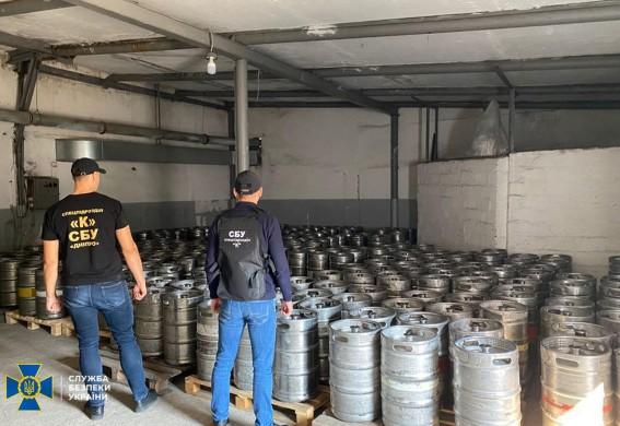 СБУ заблокировала мини-завод по подпольному производству сидра: в Запорожье реализовывали более 100 тонн продукции (видео)