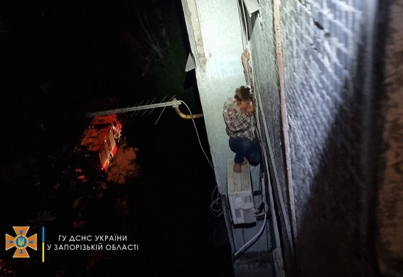 В Запорожье из окна многоэтажки упал человек и повис на кондиционере (фото)