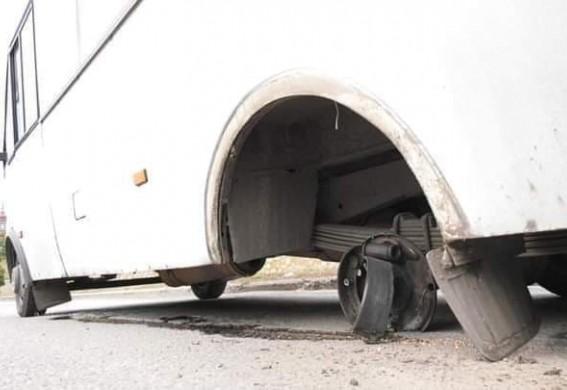 В Запорожской области оторвавшееся колесо у маршрутки слетело с горы и только чудом не задело машины и пешеходов (фото, видео)