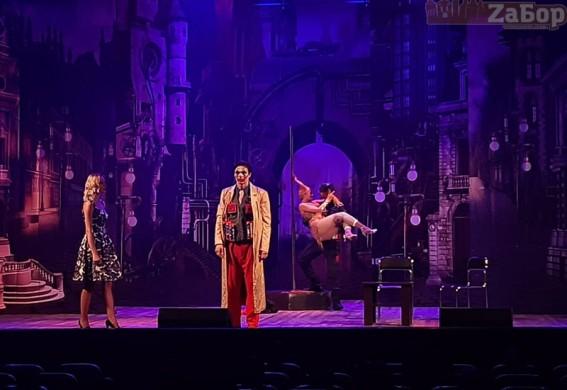 В Запорожье прошел необычный спектакль: со стриптизом и Covid-19, шутками про Зеленского и Порошенко, супергероями и Леди Гагой