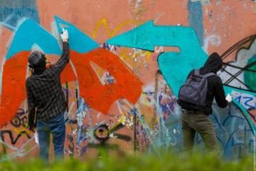 В центре Запорожья службы избавляются от граффити