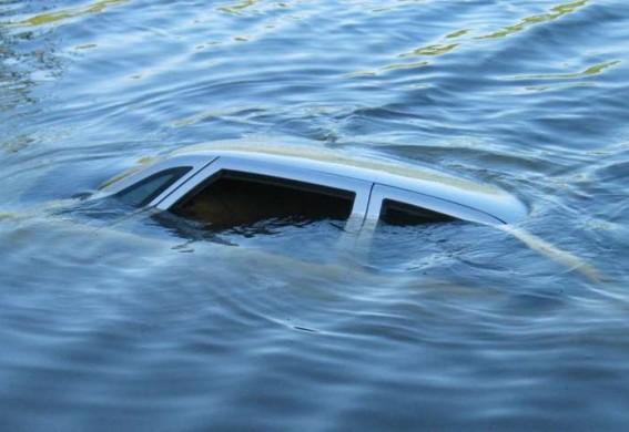 В Запорожской области машину с мертвым мужчиной нашли в реке под мостом