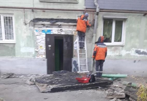 В Запорожье молодые люди на авто врезались в подъезд: на месте работала Скорая помощь - соцсеть (фото)