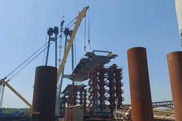 """В Запорожье плавкран """"Захарий"""", после ремонта, начал монтаж второй секции вантового моста"""