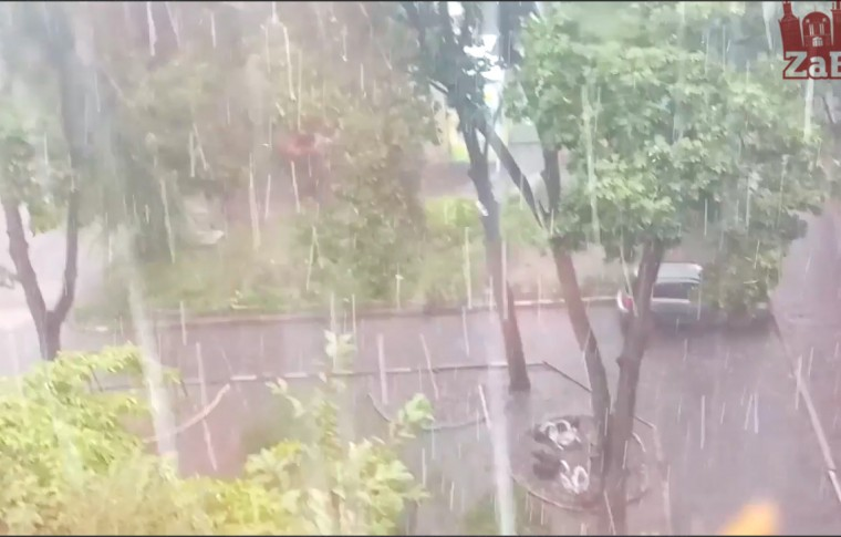 """Хроника непогоды в Запорожье тонущие машины, крупный град, водопад на """"Анголенко"""" (видео)"""