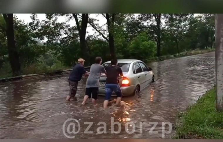 Непогода в Запорожье: потопы на улицах, водопады в подъездах, проломленная крыша в супермаркете (фото, видео)