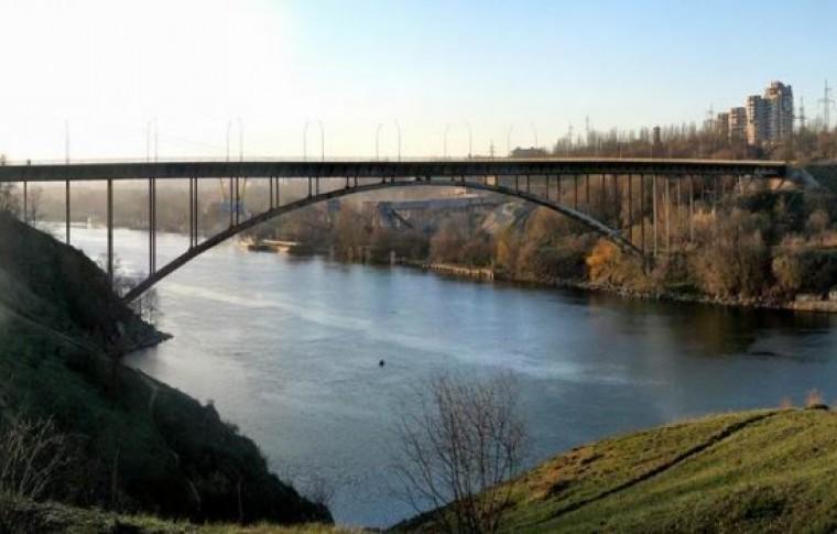 В Запорожье на арочном мосту оторвался кусок метала (фото)