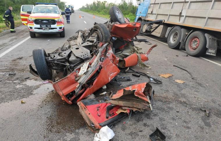 В Запорожской области столкнулись грузовик и легковушка: пострадавших деблокировали из автомобиля (фото)