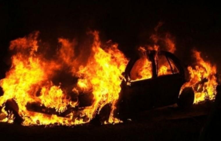 В Запорожье подожгли еще один автомобиль: появилось видео момента поджога