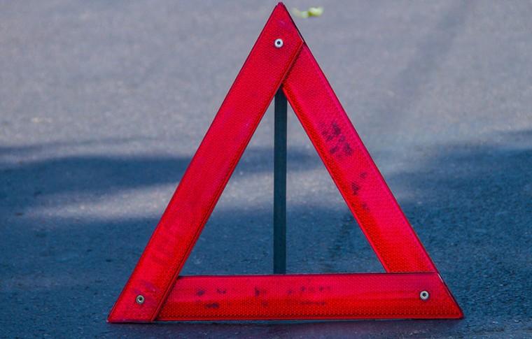 В Запорожье одна легковушка врезалась в другую, вылетела на тротуар и сбила пешехода  (видео)