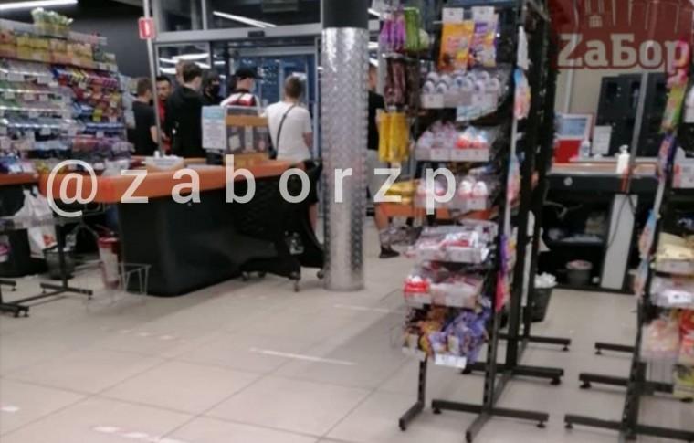 В Запорожье молодой человек, спасаясь от преследователей, спрятался в супермаркете (фото)