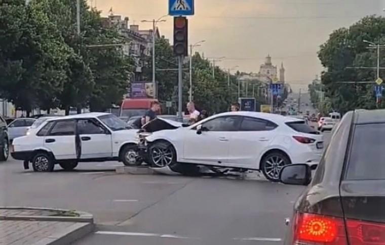 В Запорожье на центральном проспекте произошло ДТП: машины получили серьезные повреждения (фото, видео)