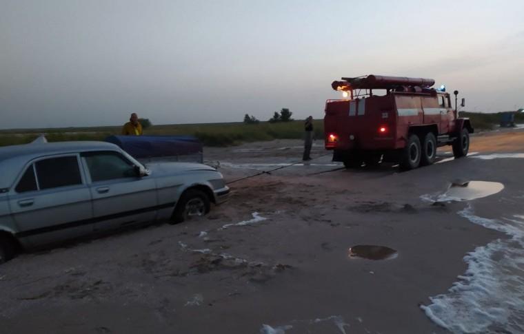 На запорожских курортах, из-за непогоды, застряло более 20 машин: спасатели оказали помощь 54 взрослым и 10 детям (фото)
